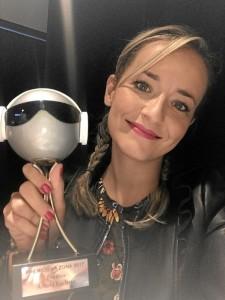 Vicky, con el Premio 'La Zona'.