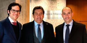 Carlos Hita, Manolo Zambrano y José Antonio García Zambrano, en la se de la Agencia Tributaria. / Foto: www.recreativohuelva.com.