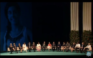 Los homenajeados sentados en el escenario.