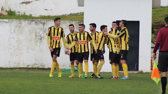 El San Roque amarra la permanencia con su triunfo ante el Ciudad de Lucena en un partido de locura (4-3)