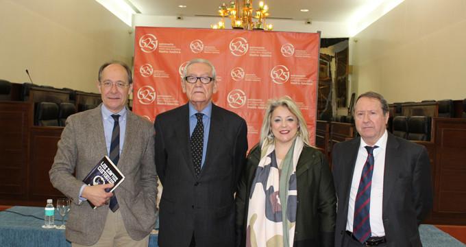 Rafael Escuredo presenta su última novela, 'Los Santos Custodios'