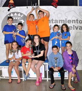 Componentes del CN Huelva, con el trofeo que les acredita como ganador del evento.