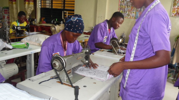 Diputación contribuye a la reinserción de niños de la calle de Benín formándolos en costura y mecánica