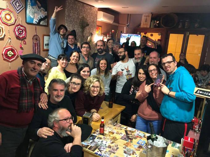 Un bar de La Palma ofrece Trivial y libros para no coger el móvil