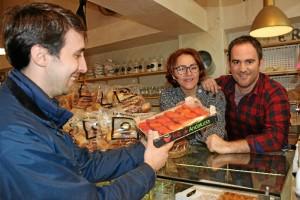 Francisco hizo la entrega de fruta a Mónica y Alberto en La Grosera.