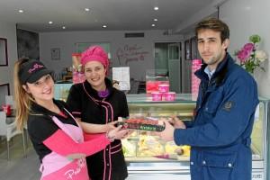 Un momento durante la entrega de fruta en Heladería Porto Bello.