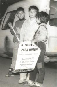Niños con un cartel de la manifestación que se iba a celebrar el 11 de febrero de 1988.