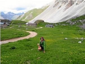 Durante una ruta de senderismo por los Alpes en verano.