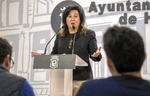 Esther Cumbrera, concejala de Vivienda, Medio Ambiente y Sostenibilidad, esta mañana en la rueda de prensa.