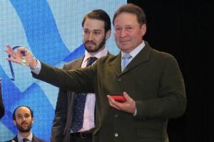 Rafael Trijueque y su hijo en el acto institucional cuando recibieron por parte del Ayuntamiento de San Juan del Puerto la medalla de la Villa a título póstumo concedida a Isi Sayago.