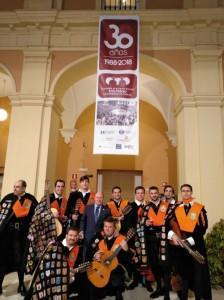 El presidente de la Asociación de Antiguos Alumnos, Antonio J. Redondo, con la Tuna de Empresariales, uno de los premiados.