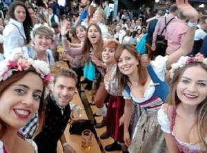 Ana, con amigos españoles celebrando la fiesta más conocida de Múnich, el Oktoberfest.