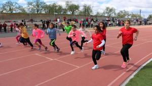 Los menores participantes han disfrutado de unas auténticas olimpiadas escolares con el atletismo como protagonista.