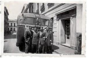 Autocar delante de la puerta del Hotel.