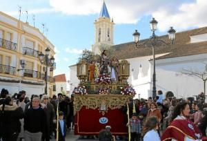 Alegre jornada festiva en la localidad, con la participación de numerosos/as cartayeros/as que arropan a la hermandad fundada por los maestros locales y que procesiona durante tres horas por las calles del municipio.