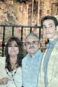 La periodista sanjuanera en el Santuario de la aldea junto al doctor Agustín Domínguez y su hijo Yoshua.