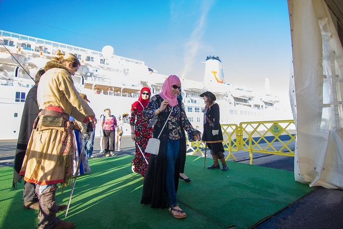 El primer buque de cruceros de la temporada atraca en el muelle Sur procedente de Lisboa
