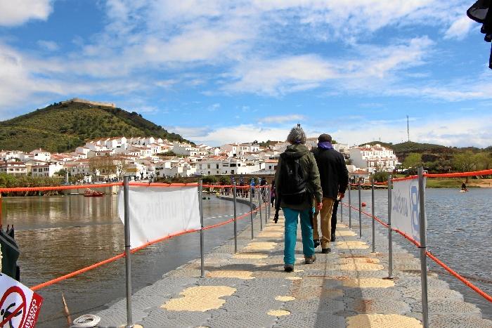 El puente flotante es uno de los principales atractivos.