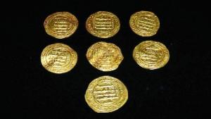 Dinares de oro abbadíes del siglo XI, aparecidos en la intervención arqueológica del Castillo de Aracena en 2012. / Foto: Museo de Huelva.