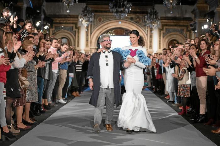 El diseñador palermo, Juan Boleco, en la pasarela 'We Love Flamenco', junto a la modelo Ana Hernández.