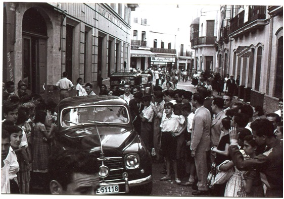 """Los taxis delante del Hotel """"Victoria""""."""