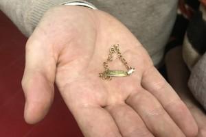 La pulserita dorada con el nombre de 'Yoshua' fue encontrada una mañana de hace 30 años en la calle Juan de Robles de San Juan del Puerto.
