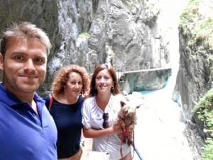 Visitando una cascada de un pueblo de los Alpes junto a su madre, su pareja y su perro.