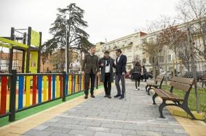 Este espacio público también cuenta con zonas verdes y zonas de paseo.