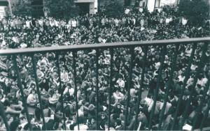 Multitudinaria sentada de estudiantes en las puertas de la Delegación de Educación de la Junta en Huelva, días antes del 3-M.