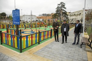 Zona de juegos infantiles con instalaciones destinadas  a niños de entre 3 y 10 años.