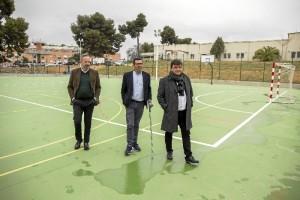 Visitando las instalaciones deportivas donde se ha habilitado una pista multiusos ( para la práctica de fútbol sala, balonmano y baloncesto).