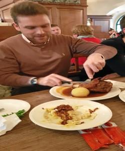En la cervecería 'HB', la más antigua de Múnich, donde Hitler daba sus primeros mítines. Hoy en día se puede comer comida típica escuchando música bávara y bebiendo cerveza en jarras de litro. El plato típico es el codillo de cerdo con salsa.