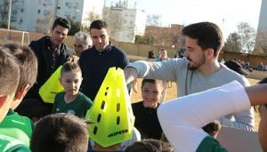 Rafa de Vicente, Antonio Núñez y Juan Antonio Zamora, en el momento de entregar el material deportivo.