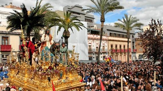 La Hermandad de la Borriquita sale al encuentro de Huelva inundando de color y alegría sus calles