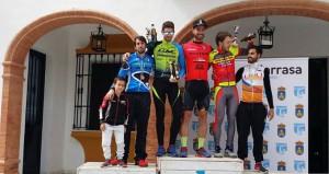 Podio masculino de la prueba ciclista celebrada en Villarrasa. / Foto: andaluciaciclismo.com.