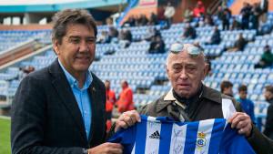 Momento en el que Manolo Zambrano entrega a 'Boby' la camiseta firmada. / Foto: @recreoficial.