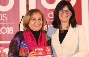La rectora, Mª Antonia Peña, haciendo entrega de uno de los reconocimientos a Inmaculada González, directora de Canal Sur en Huelva.
