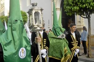 Entre sus cortejo, la Archicofradía procesiona una reliquia del Lignum Crucis portada por un nazareno. / Foto: Sergio Borrero.