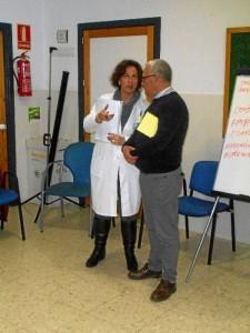 Enfermera gestora de casos del centro de salud de Cartaya junto con uno de los docentes de la escuela.