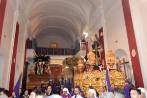 Momento de la entrada en la iglesia de San Francisco de Padre Jesús, detrás la Borriquita y la Virgen de la Esperanza. / Foto: Cayetano Burgos.