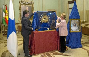 El alcalde de Huelva y la presidenta de la Asociación Cristiana Parroquial Nuestra Señora del Prado en su Dolor descubriendo la nueva corona.