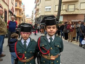 Los alumnos participan activamente en la procesión.
