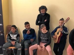 Arcángel, junto a los niños en 'La Tarara'.
