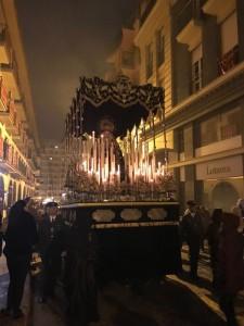 Momento de la recogida de la Virgen de la Soledad.