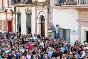 Numerosos ciudadanos se congregan cada año en la Plaza de las Monjas para asistir a la salida de esta cofradía.