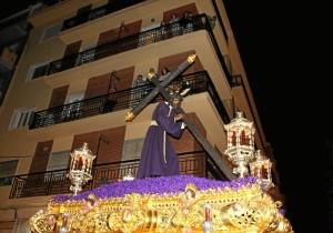 Jesús del Calvario avanzando por el centro onubense en la noche del Lunes Santo.
