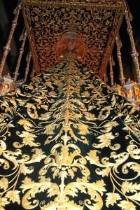 Manto de salida bordado en oro sobre terciopelo de seda, principal estreno de la Hermandad durante la pasada Semana Santa.