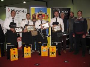 Los ganadores muestran sus premios.