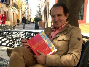 Manuel Acosta presenta la publicación en la que participa.