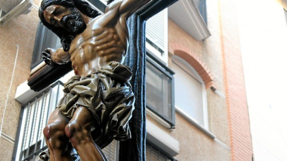 Silencio y solemnidad durante la salida del Cristo de la Misericordia